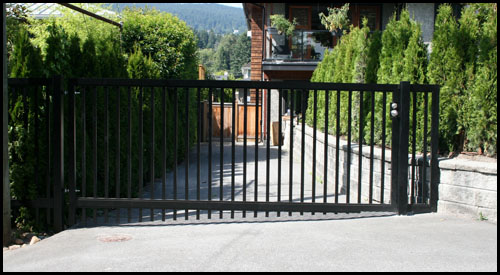 MANUALLY OPERATED IN-SWINGING ALUMINIUM DRIVEWAY GATE