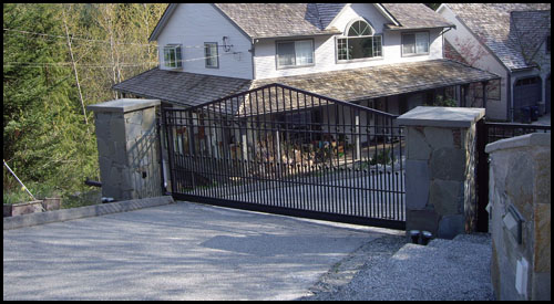 CANTILEVER AUTOMATED DRIVEWAY GATE IN CLOSED POSITION
