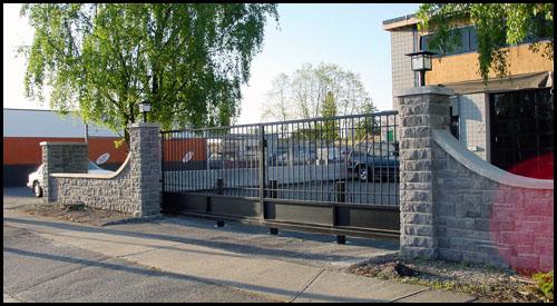 FLAT TOP STEEL BI-PARTING DRIVEWAY GATES
